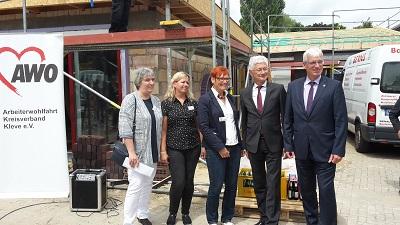 Marion Kurth (Geschäftsführerin AWO), Korinna Auwelers (Kita-Leitung), Bettina Trenckmann (AWO-Kreisvorsitzende), Landrat Wolfgang Spreen und Zimmermann Bernd Wegmann (Foto: AWO).