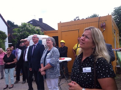 Korinna Auwelers (neue Kita-Leitung), Marion Kurth (AWO-Geschäftsführerin), Zimmermann Bernd Wegmann und Landrat Wolfgang Spreen (von rechts) begutachten die Baufortschritte (Foto: AWO).