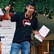 Jugendlicher mit Urkunde und Medaille
